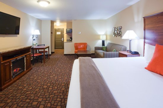 Expressway Suites of Grand Forks : King Jacuzzi Fireplace