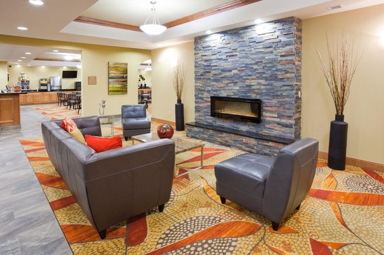 Expressway Suites of Grand Forks: Lobby Fireplace