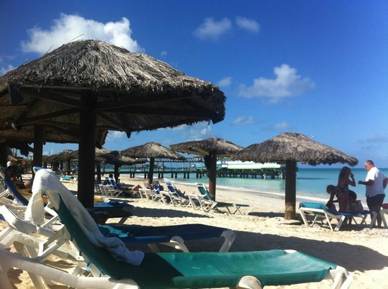 Halcyon Cove by Rex Resorts: La spiaggia dell'hotel