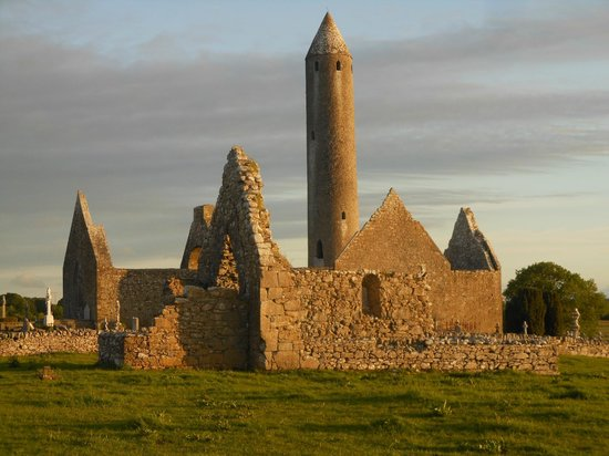 Naomh Colman Bed & Breakfast: Abbey and tower at sunset