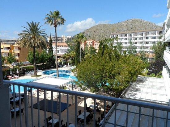 Hotel JS Sol de Alcudia: Vom Balkon zur Poolanlage