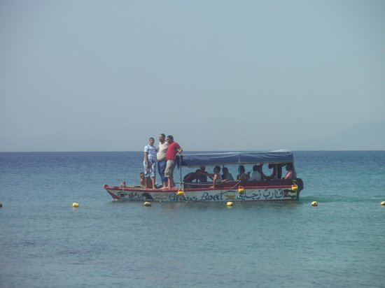 InterContinental Aqaba Resort: eines der sehr lauten Boote