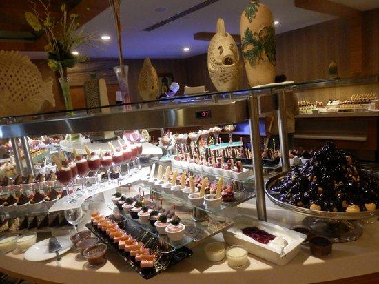 Royal Dragon Hotel: вкусно и очень много...