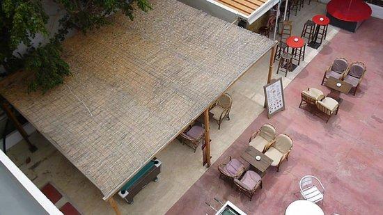 Dimitrion Hotel: Вид с балкона на бар.