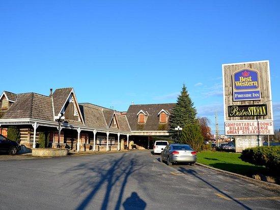 Best Western Fireside Inn: Vue extérieure depuis le parking