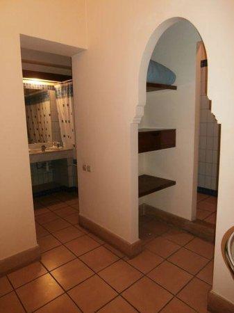 Hotel Sahara Regency: Entrance Hall, Bathroom, toilet alcove