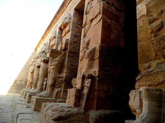 Temple of Medinat Habu: Statues