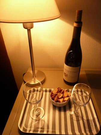 Hotel Bristol : a bottle of Provence wine in a room