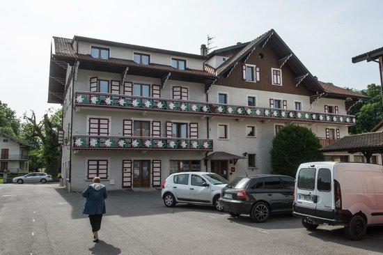 L'Echo des Montagnes: arrière de l'hotel parking privé