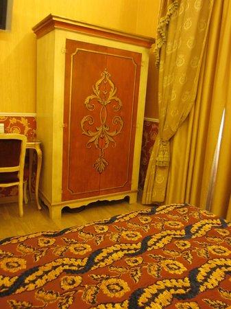 Veneto Palace Hotel: Armoire