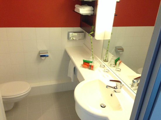 NH Frankfurt Niederrad: Decent size bathroom and nice set of amenities