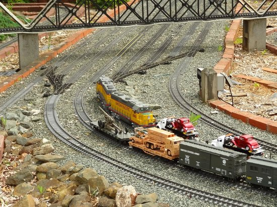 Six Scoops : Miniature trains meeting.