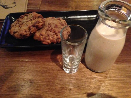 Crown Plaza Restaurant: Adult Choc Chip Cookies