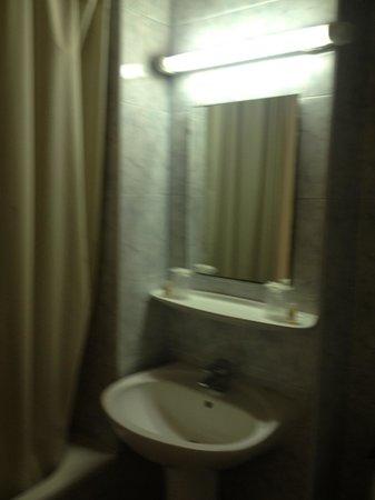 Hotel le Medieval: The bathroom