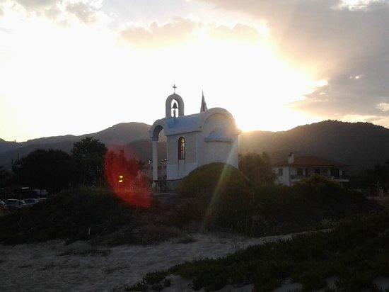 Hotel Pontos: Kapelle auf der Düne zwischen Hotel und Strandbar