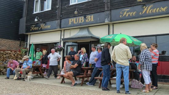 Уинчелси, UK: Busy  Sunny Saturday  outside PUB 31