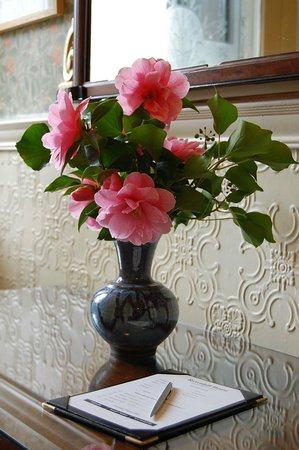Ravenhill Guesthouse: Fresh flowers in the entrance hall.