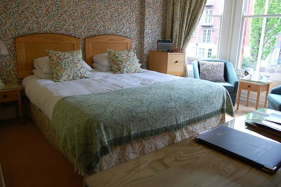 Ravenhill Guesthouse: A superking size room with a bay window.