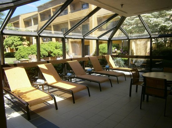 Courtyard by Marriott Lincroft Red Bank: Indoor Suntan Chaise Lounge Chairs