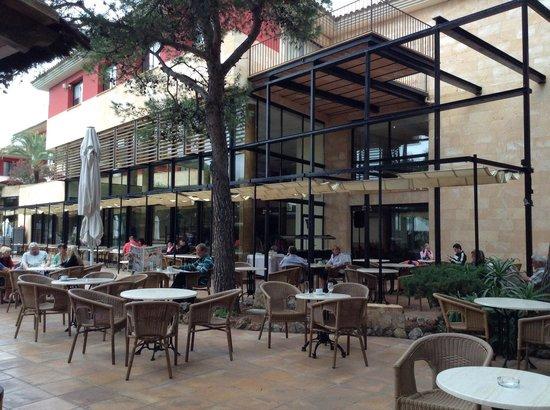 Illot Park Hotel: Draußen bei der Bar