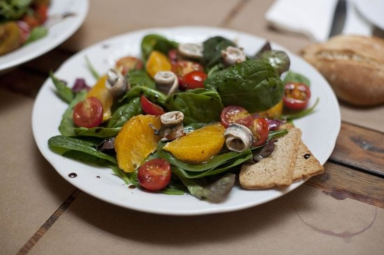 Los Porfiados: Ensalada de Naranja, boquerones y espinacas