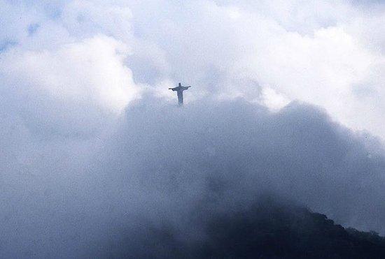 Statue du Christ Rédempteur : Cristo con la foschia mattutina