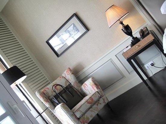 Eastern & Oriental Hotel : Comfortable settee