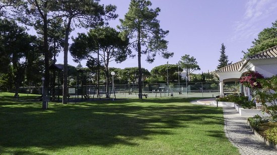Four Seasons Country Club: Tennis courts, kids play area and bar