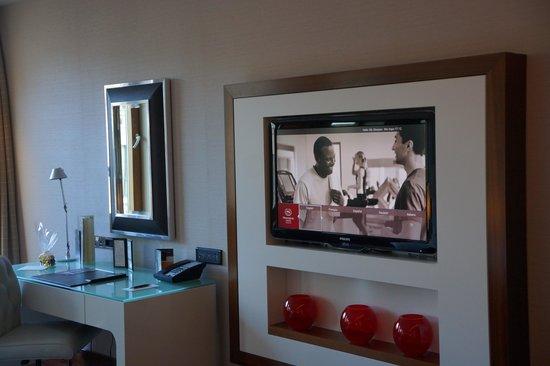 Sheraton Grand Hotel & Spa: Desk and t.v.