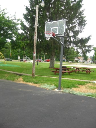 All Star Inn & Suites: Basketball Hoop / Picnic Area