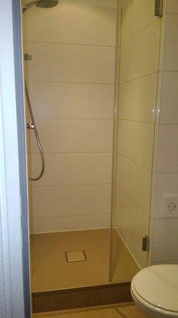 Motel One Frankfurt-Niederrad: Dusche und Toilette Zimmer 122