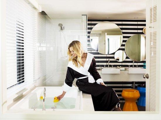 QT Gold Coast : Ocean View King Suite ensuite