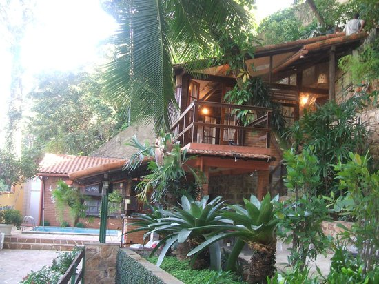 O Veleiro Bed and Breakfast: Exterior and Patio Area