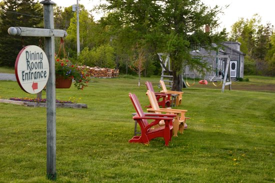 Inn at Whale Cove Cottages: Front lawn