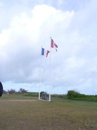 Centre Juno Beach : France and Canadian flags