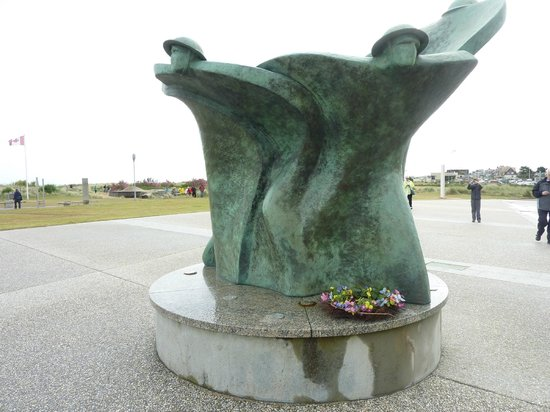 Centre Juno Beach : Statue of Remembrance and Renewal