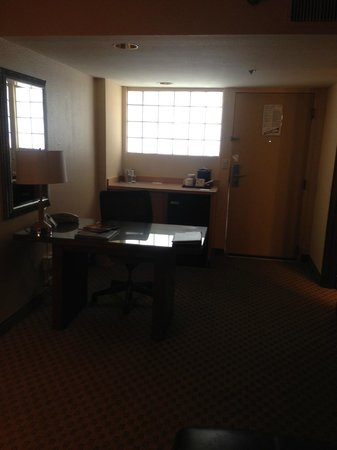 Radisson Suites Tucson: Desk/Refrigerator/Coffee maker