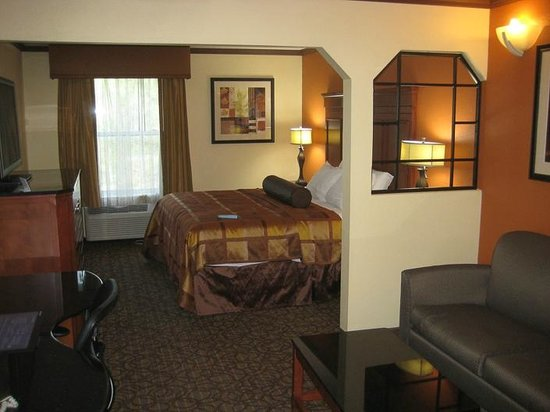 Best Western Plus Midwest Inn & Suites: Spacious room