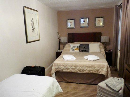 Arosfa Hotel : triple room lower floor double bed