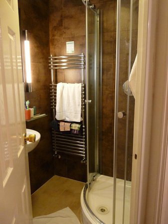 Arosfa Hotel : bathroom triple room lower floor