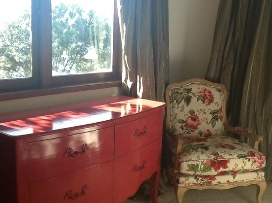 Edgewater Lodge: 'Pink' Guest Bedroom
