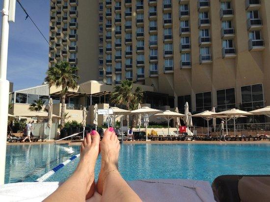 Dan Panorama Tel Aviv : Relaxing at the pool