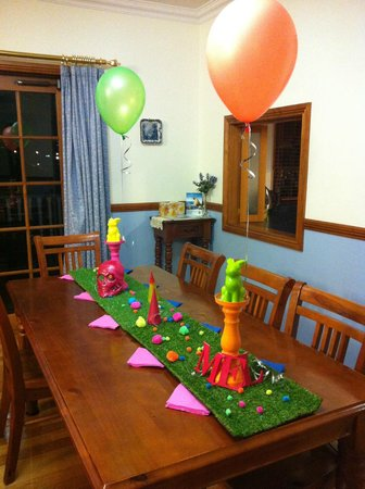 Quayside Cottages : We took along decorations for the birthday dinner!