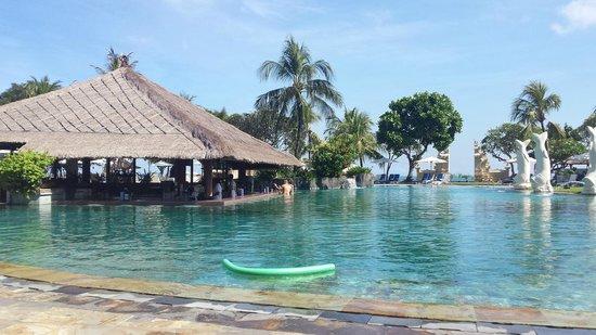 Discovery Kartika Plaza Hotel : Fabulous pool and pool bar area