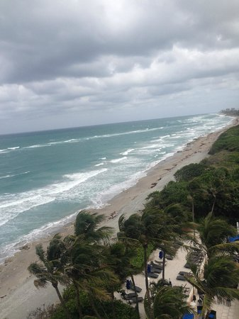 Jupiter Beach Resort: Looking South toward Juno from our 8th floor Oceanview Terrace