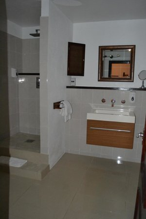 Marigot Palms Luxury Caribbean Guesthouse and Apartments: Buckingham Suite Bathroom