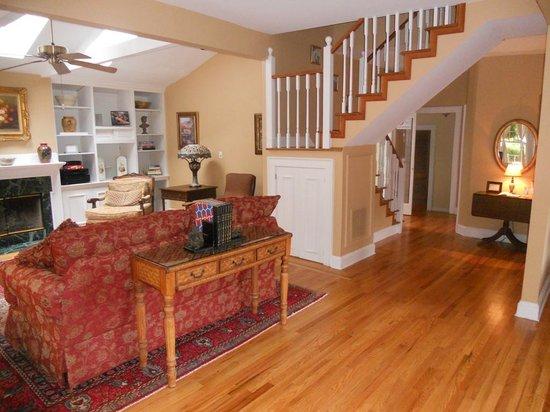 Cedar Crest Inn: Carriage House living room