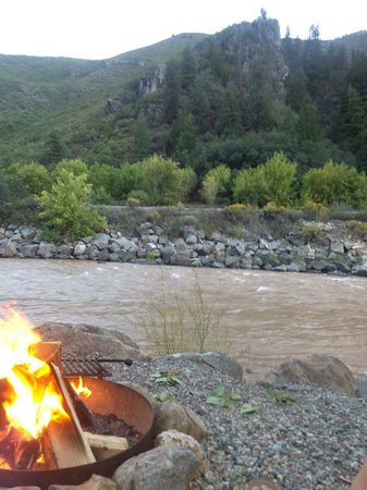 Glenwood Canyon Resort : Campfire on the Colorado river