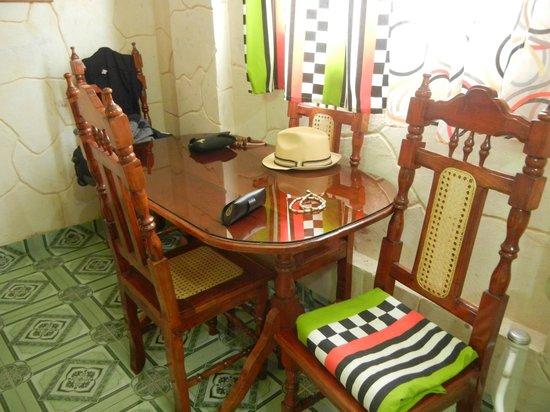 Casa Colonial Yadilis y Joel: Mesa dentro de la habitacion