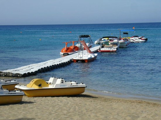 Sunrise Beach Hotel: boats on the beach